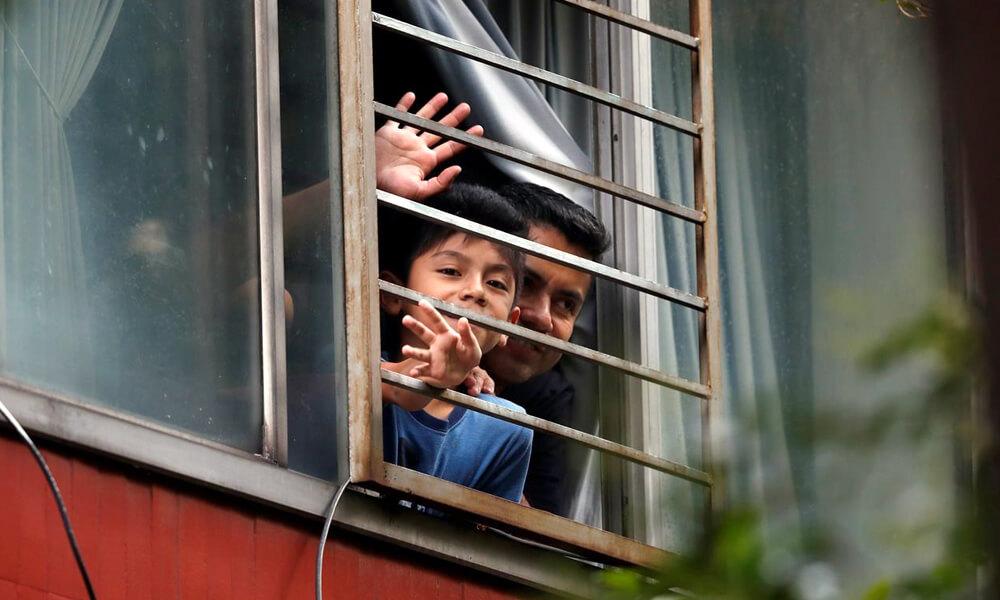 Familias de la unidad habitacional de Tlatelolco escuchando al cuentacuentos mexicano