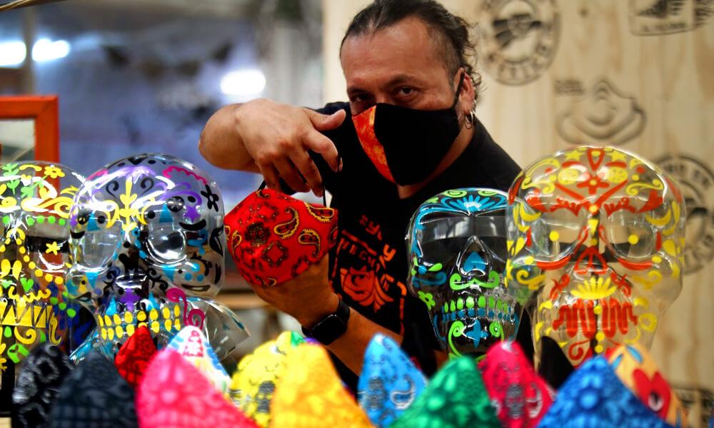 Como las festividades están suspendidas, el taller El Volador optó por producir cubrebocas y caretas inspirados en el folclor mexicano.