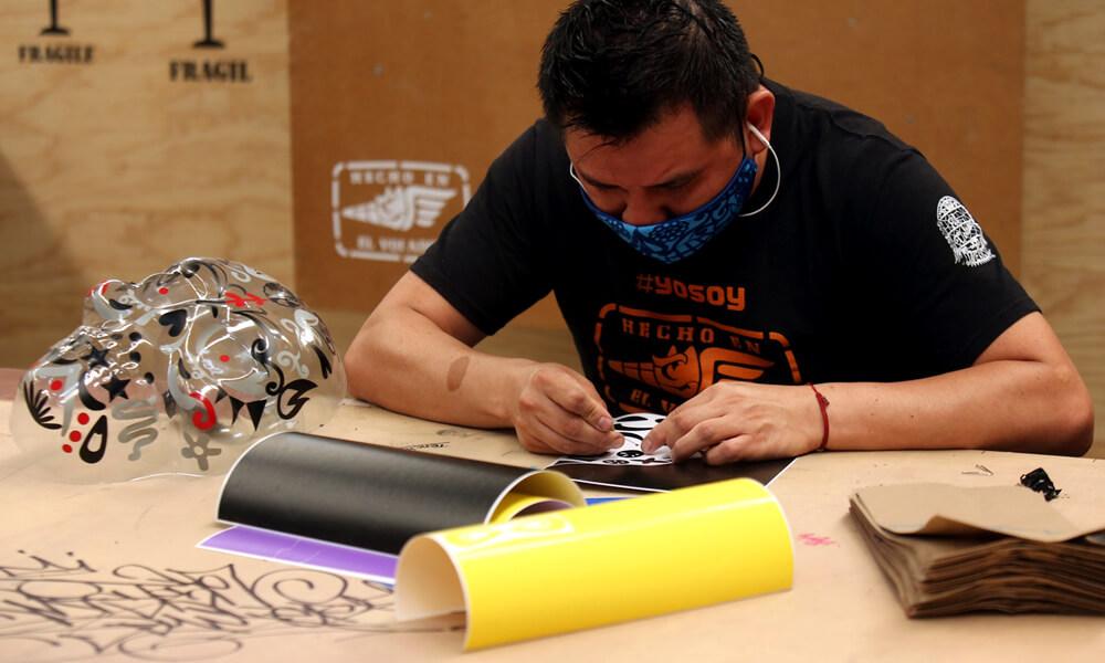 Taller El Volador trabajando en sus caretas de calaveras